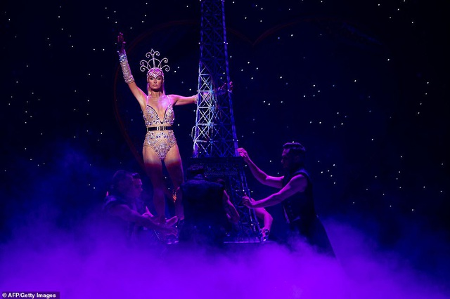 Paris Hilton mặc gợi cảm trình diễn thời trang - 4