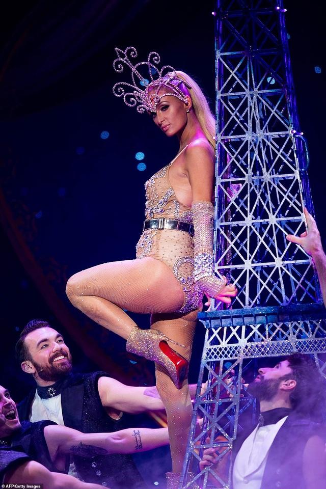 Paris Hilton mặc gợi cảm trình diễn thời trang - 5