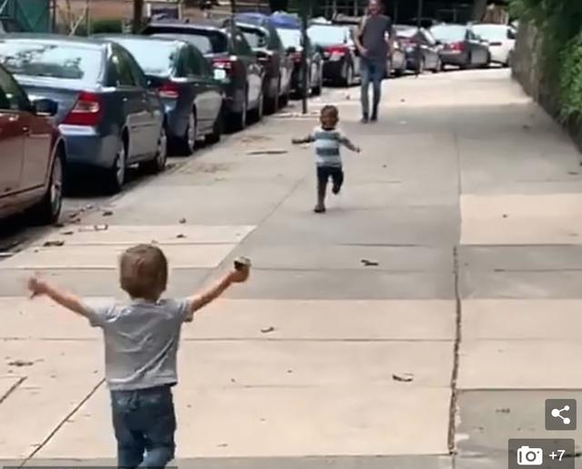 Tình bạn đẹp của hai đứa trẻ 2 tuổi gây nức lòng cư dân mạng - 2