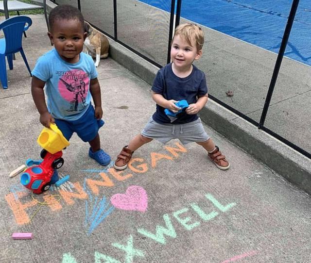 Tình bạn đẹp của hai đứa trẻ 2 tuổi gây nức lòng cư dân mạng - 4