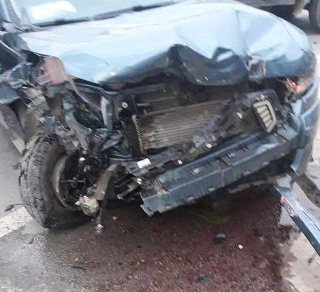 Hai xe ô tô nát bét đầu sau cú va chạm liên hoàn - 2