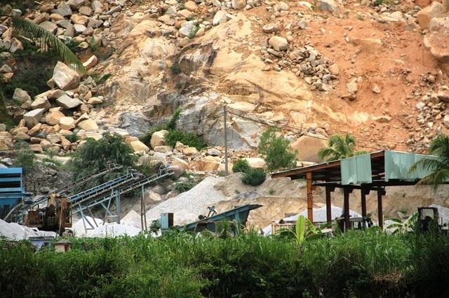 Hàng loạt nhà dân nứt toác vì doanh nghiệp nổ mìn khai thác đá tại Bình Định - 2