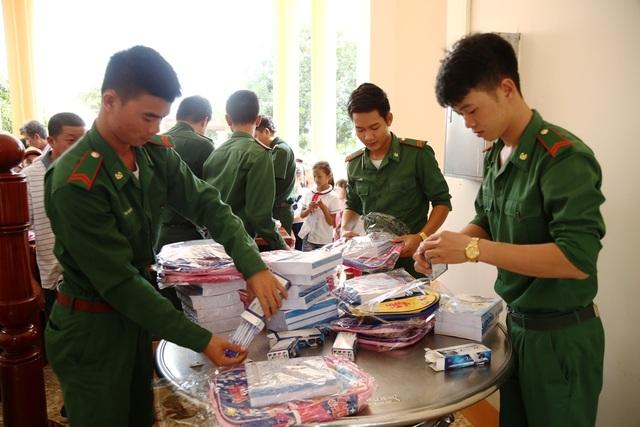 Bộ đội biên phòng Đồng Tháp tặng 150 phần quà cho học sinh nghèo vùng biên giới - 1