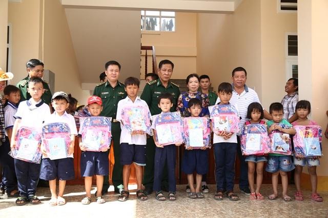 Bộ đội biên phòng Đồng Tháp tặng 150 phần quà cho học sinh nghèo vùng biên giới - 2