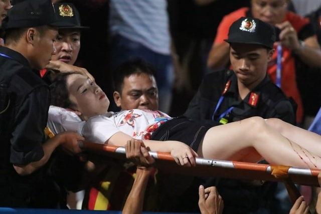 Cổ động viên nhập viện cấp cứu vì dính pháo sáng ở Hàng Đẫy - 10