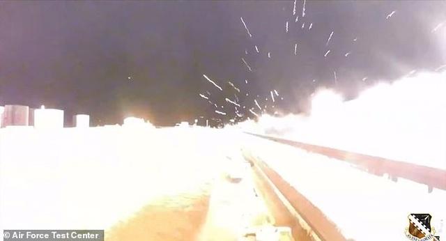 Khoảnh khắc vũ khí siêu thanh Mỹ lao nhanh gấp 8 lần tốc độ âm thanh
