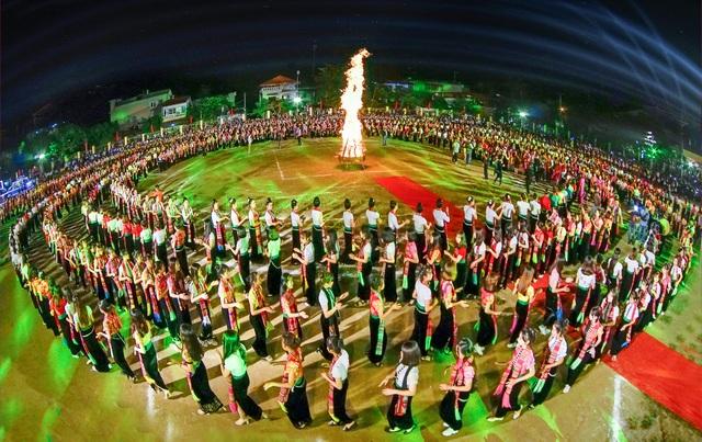 Lần đầu tiên có màn Đại Xoè lớn nhất thế giới trong Lễ hội Mường Lò - 2