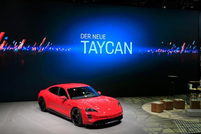 Tân binh Taycan ra mắt - Xe chạy điện nhưng không mất chất Porsche - 1