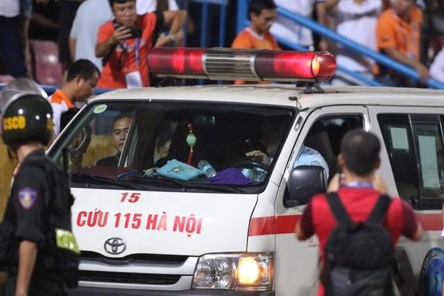 Cổ động viên nhập viện cấp cứu vì dính pháo sáng ở Hàng Đẫy - 12