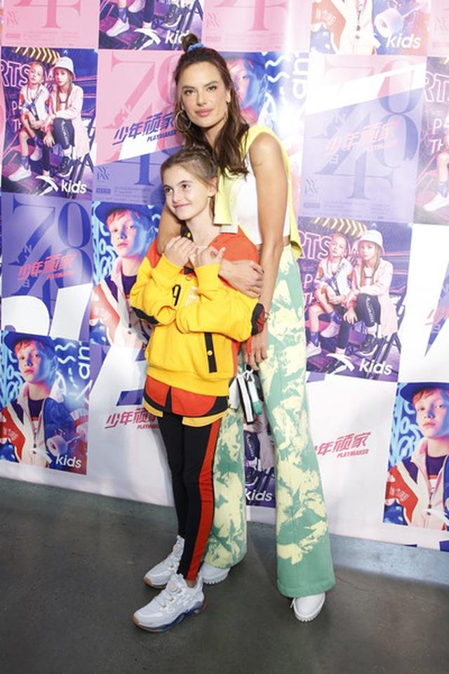 Alessandra Ambrosio đưa con gái xinh đẹp đi xem thời trang - 1
