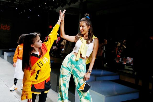Alessandra Ambrosio đưa con gái xinh đẹp đi xem thời trang - 7