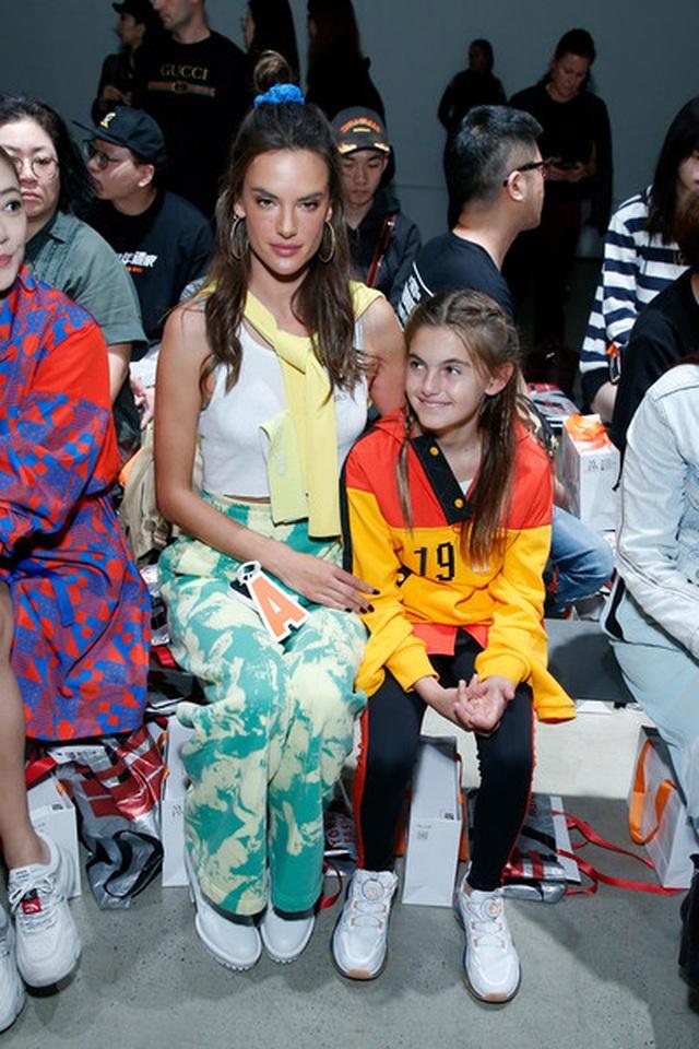 Alessandra Ambrosio đưa con gái xinh đẹp đi xem thời trang - 2