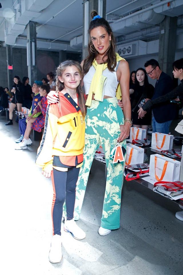 Alessandra Ambrosio đưa con gái xinh đẹp đi xem thời trang - 5