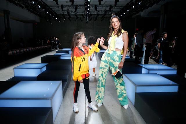 Alessandra Ambrosio đưa con gái xinh đẹp đi xem thời trang - 8