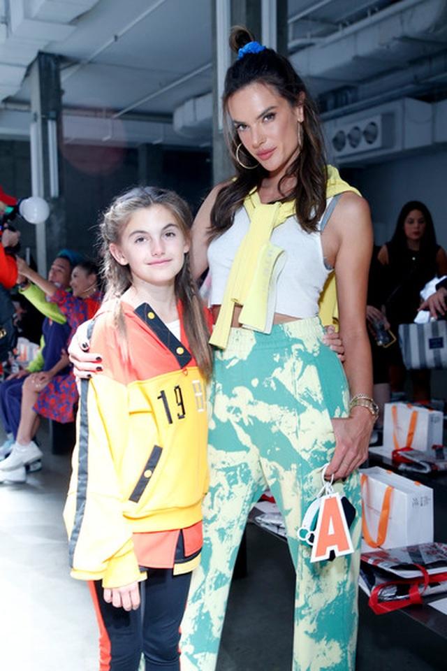 Alessandra Ambrosio đưa con gái xinh đẹp đi xem thời trang - 4