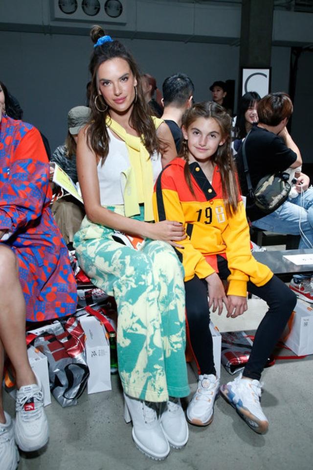 Alessandra Ambrosio đưa con gái xinh đẹp đi xem thời trang - 3