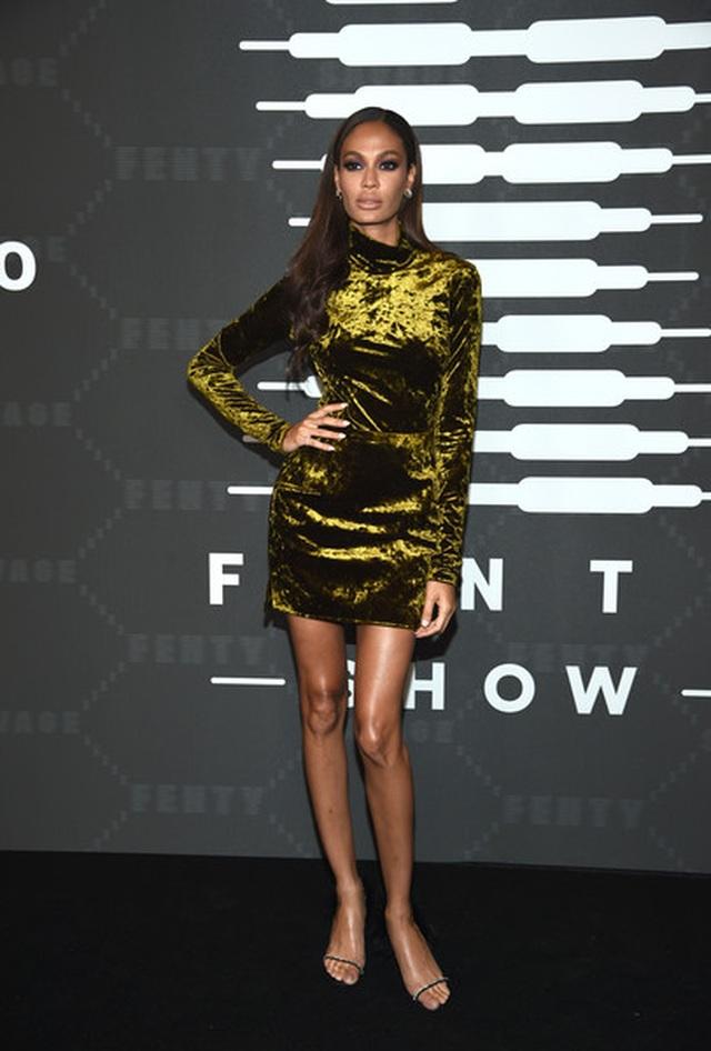 Gigi Hadid mặc quần rách khá hiểm - 9