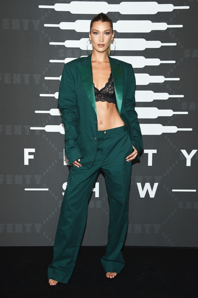 Gigi Hadid mặc quần rách khá hiểm - 6