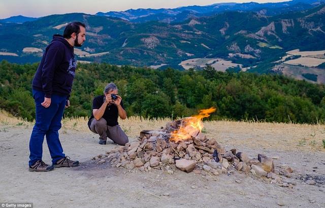 Núi lửa nhỏ nhất thế giới chỉ cao vỏn vẹn hơn 1m, cháy âm ỉ gần trăm năm - 3