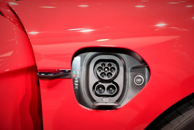 Tân binh Taycan ra mắt - Xe chạy điện nhưng không mất chất Porsche - 24