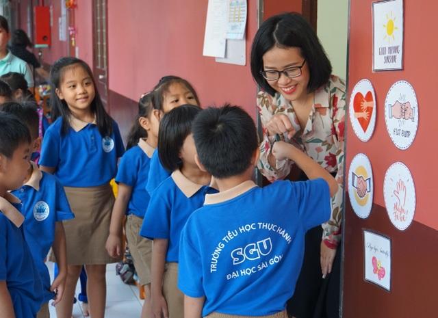 Đáng yêu với màn chào hỏi mỗi sáng đến trường của cô trò tiểu học Sài Gòn - 1