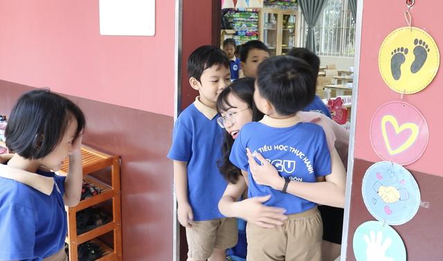 Đáng yêu với màn chào hỏi mỗi sáng đến trường của cô trò tiểu học Sài Gòn - 4