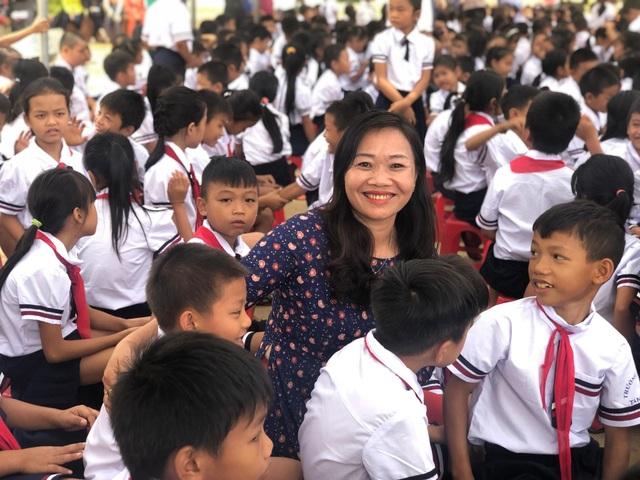 Bộ trưởng Phùng Xuân Nhạ dự khai giảng muộn cùng học sinh vùng rốn lũ - 8