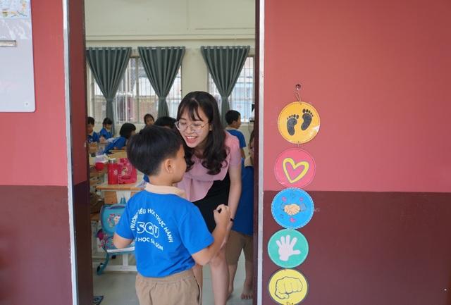 Đáng yêu với màn chào hỏi mỗi sáng đến trường của cô trò tiểu học Sài Gòn - 3