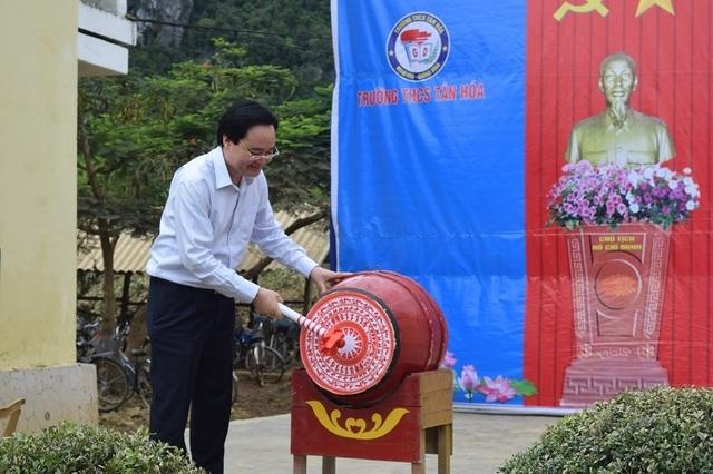 Bộ trưởng Phùng Xuân Nhạ dự khai giảng muộn cùng học sinh vùng rốn lũ - 7