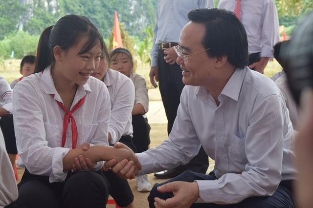 Bộ trưởng Phùng Xuân Nhạ dự khai giảng muộn cùng học sinh vùng rốn lũ - 11