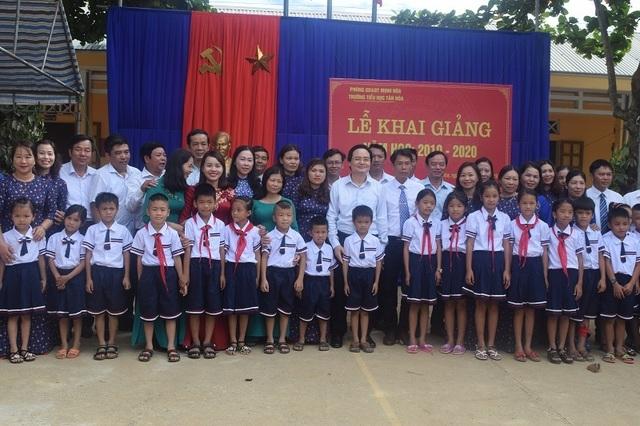 Bộ trưởng Phùng Xuân Nhạ dự khai giảng muộn cùng học sinh vùng rốn lũ - 14