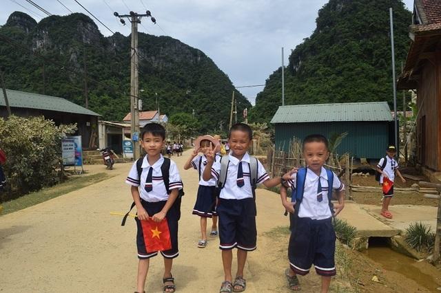 Bộ trưởng Phùng Xuân Nhạ dự khai giảng muộn cùng học sinh vùng rốn lũ - 4