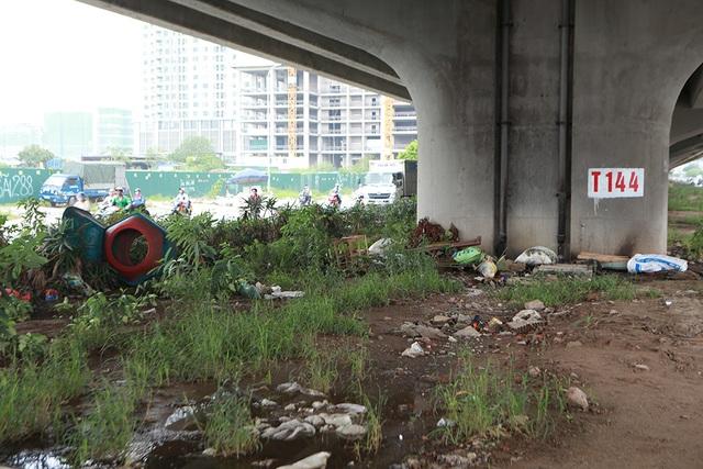 Hà Nội: Dải phân cách dưới đường trên cao nhếch nhác, đầy rác thải - 2