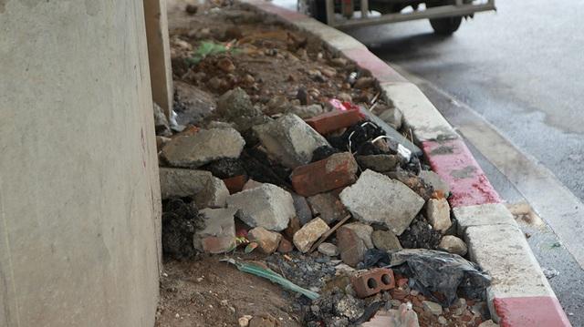 Hà Nội: Dải phân cách dưới đường trên cao nhếch nhác, đầy rác thải - 7