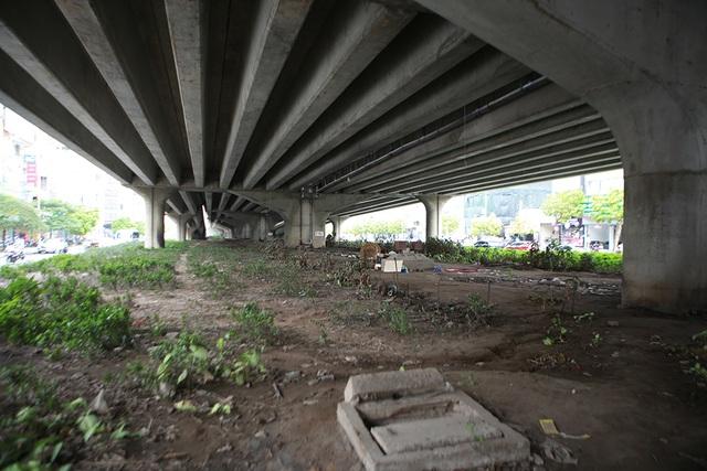 Hà Nội: Dải phân cách dưới đường trên cao nhếch nhác, đầy rác thải - 1