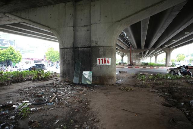 Hà Nội: Dải phân cách dưới đường trên cao nhếch nhác, đầy rác thải - 8