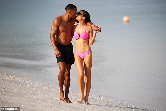 Helen Flanagan tình tứ bạn trai trên bãi biển - 1
