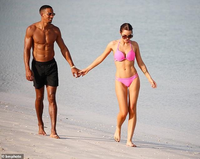 Helen Flanagan tình tứ bạn trai trên bãi biển - 4