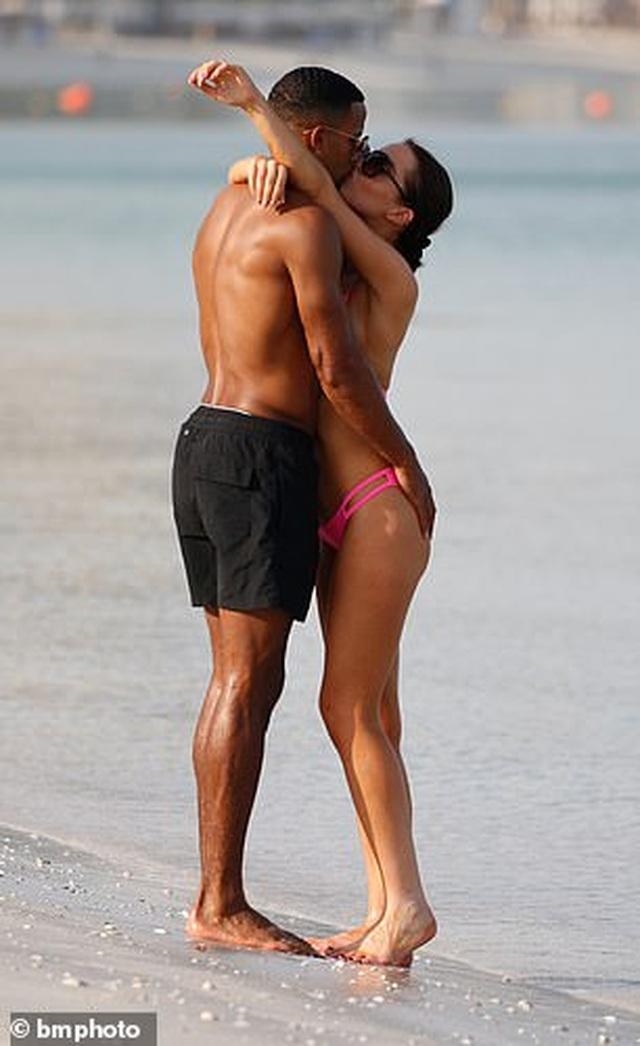 Helen Flanagan tình tứ bạn trai trên bãi biển - 5