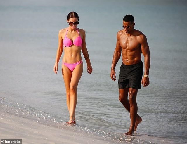Helen Flanagan tình tứ bạn trai trên bãi biển - 6