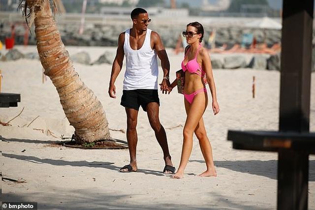 Helen Flanagan tình tứ bạn trai trên bãi biển - 7