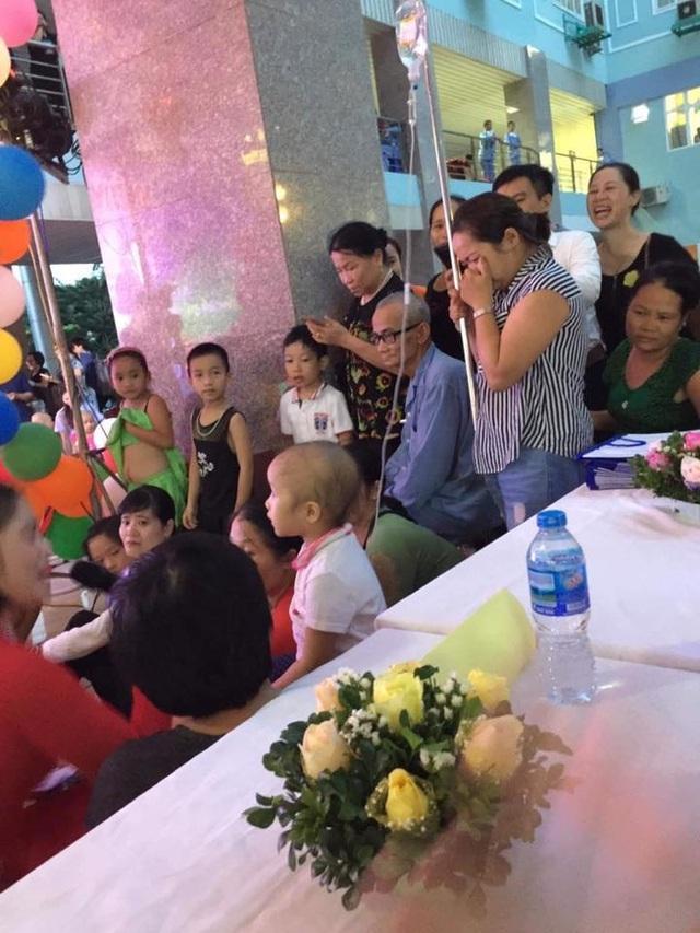 Hình ảnh bữa tiệc Trung thu của em bé ung thư khiến dân mạng rơi  nước mắt - 1