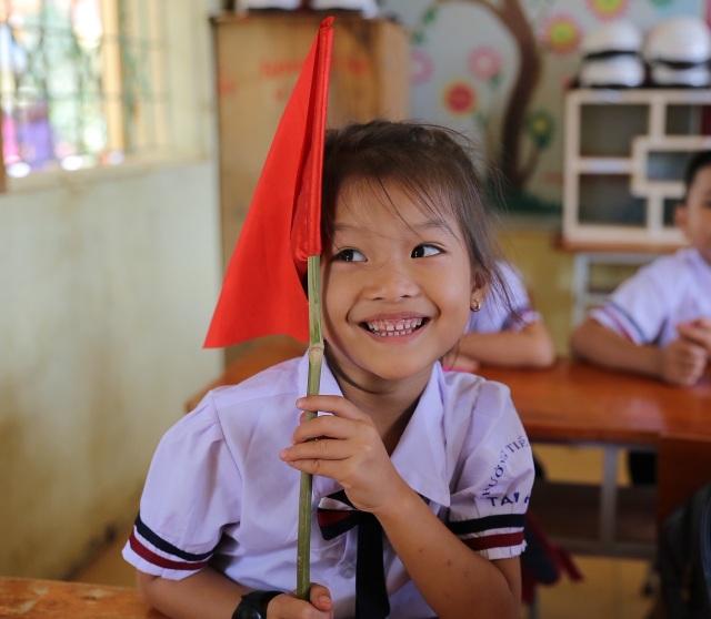 Bộ trưởng Phùng Xuân Nhạ dự khai giảng muộn cùng học sinh vùng rốn lũ - 3