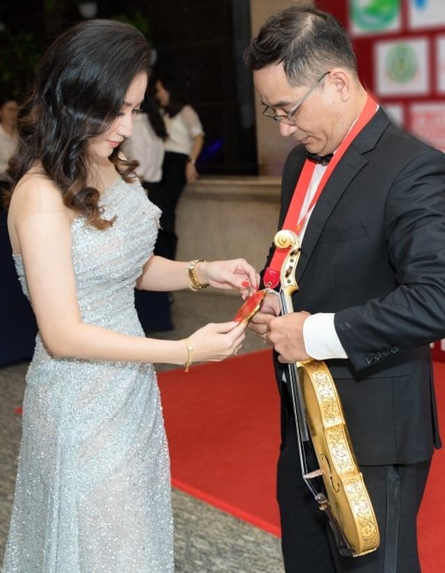 Khánh Thi tiết lộ anh trai nhận kỷ lục Việt Nam về chế tác violin bằng sứ - 1