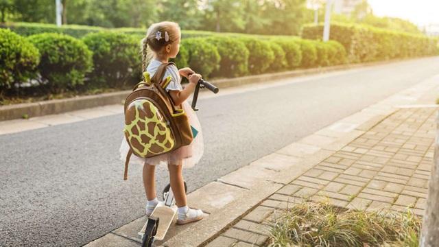 Những tác hại khi trẻ mang cặp sách quá nặng - 1