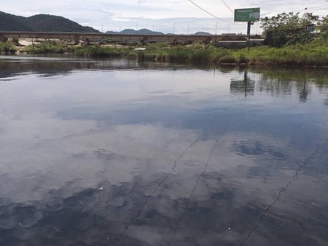 Nước sông Vinh bất ngờ đổi màu đen và bốc mùi hôi thối - 1