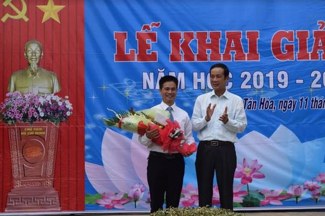 Bộ trưởng Phùng Xuân Nhạ dự khai giảng muộn cùng học sinh vùng rốn lũ - 12