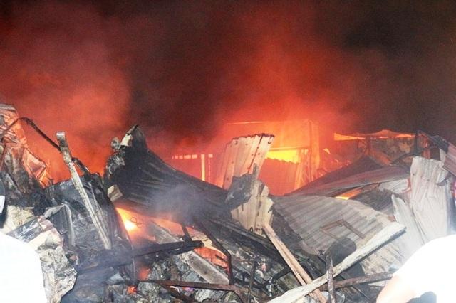 Vài chục tỷ đồng ra tro sau đám cháy lớn ở chợ Mộc Bài - 1