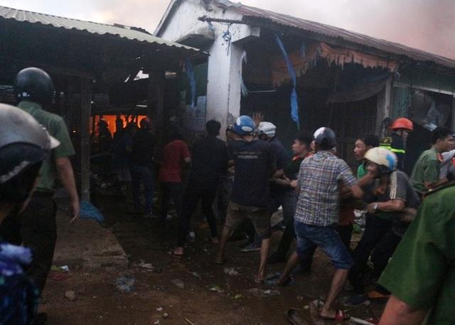 Vài chục tỷ đồng ra tro sau đám cháy lớn ở chợ Mộc Bài - 7