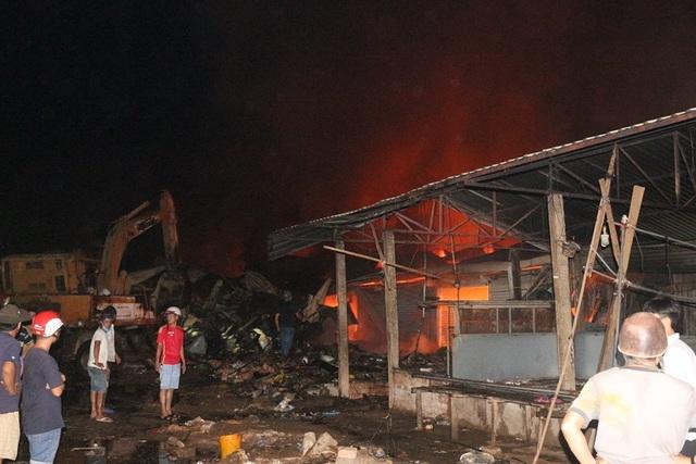Vài chục tỷ đồng ra tro sau đám cháy lớn ở chợ Mộc Bài - 3